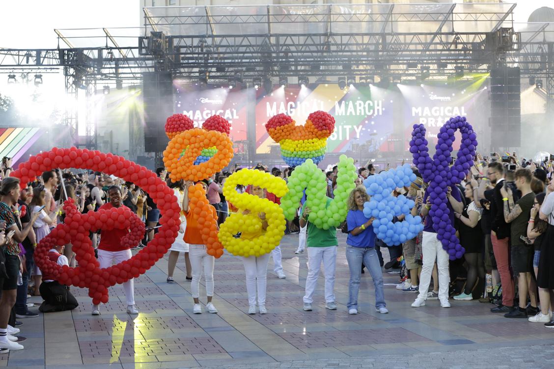 Le logo Disney aux couleurs de la Magical Pride dans le Parc Walt Disney Studio