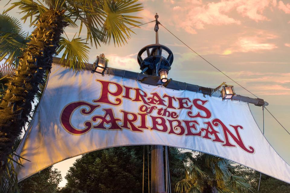 Une voile de bateau indiquant l'entrée de l'attraction Pirates of the Caribbean.
