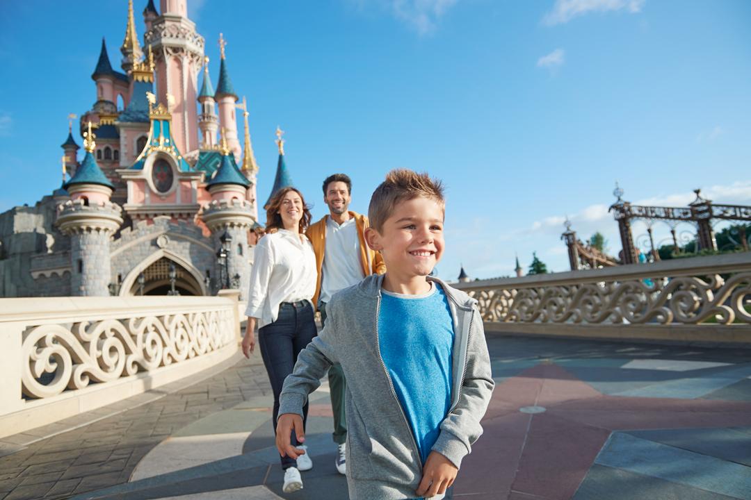 Photo d'une famille devant le château de la Belle au Bois Dormant