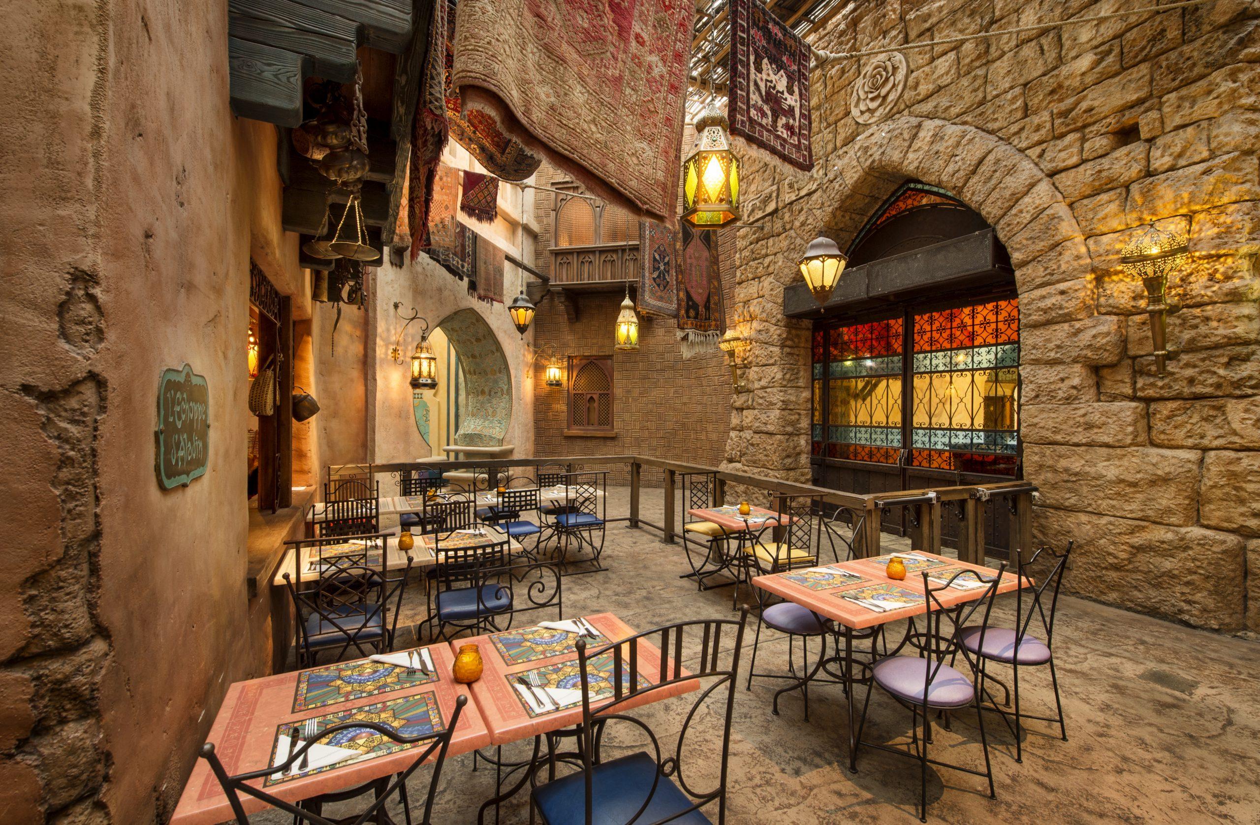 Restaurant Agrabah Café - intérieur avec tables