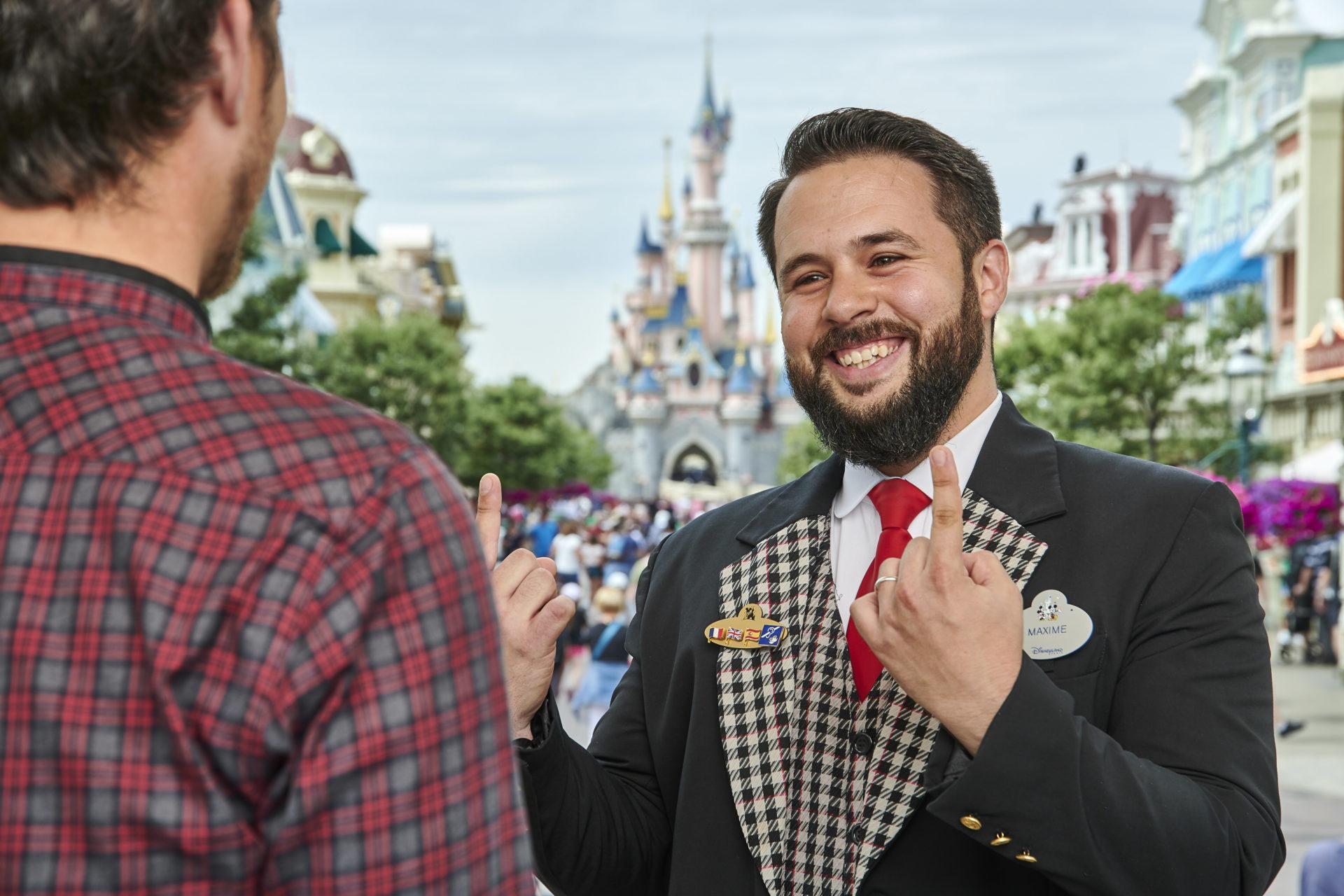 Un Cast Member utilisant le langage des signes