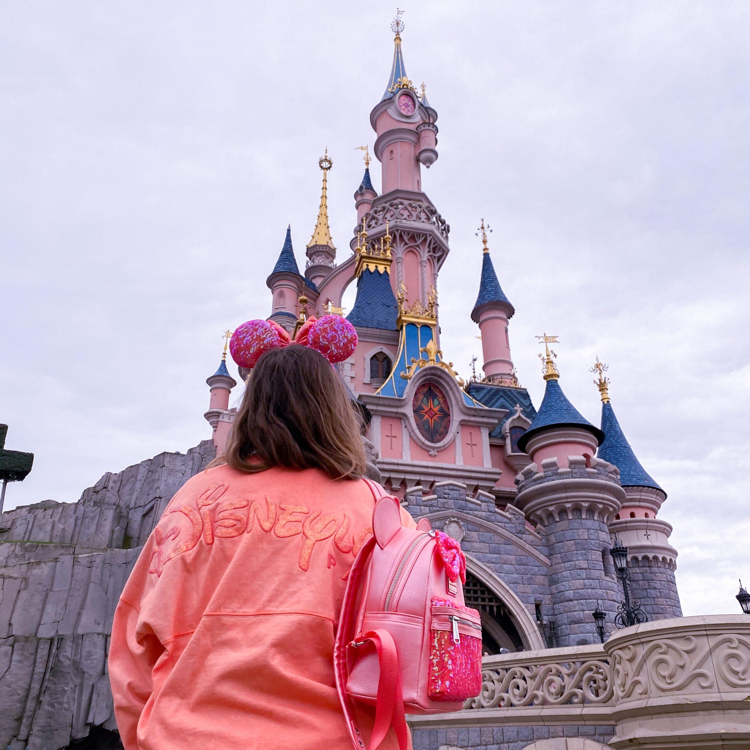 Ariel Grotto Coral look devant le château sac, oreilles et spirit jersey