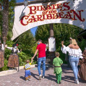 visiteurs à l'entrée de l'attraction Pirate des Caraïbes