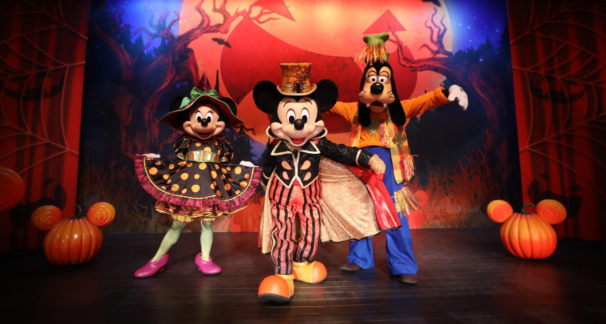 Minnie, Mickey et Dingo dans un Point Selfie spécial Halloween à Disneyland Paris