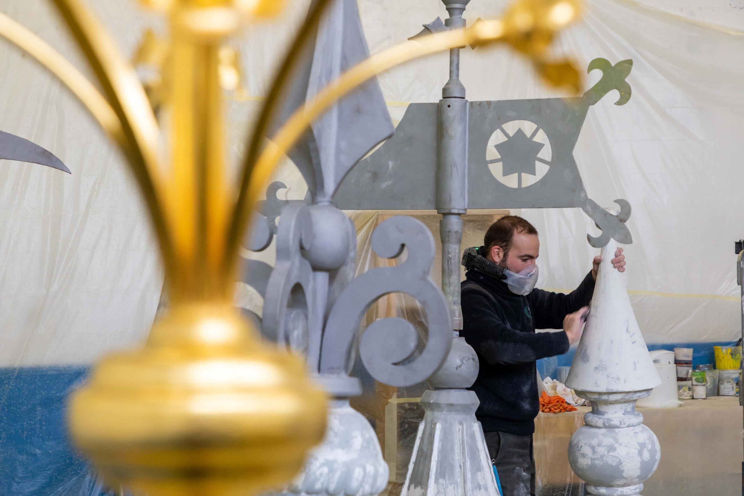 artisant réparant le chateau
