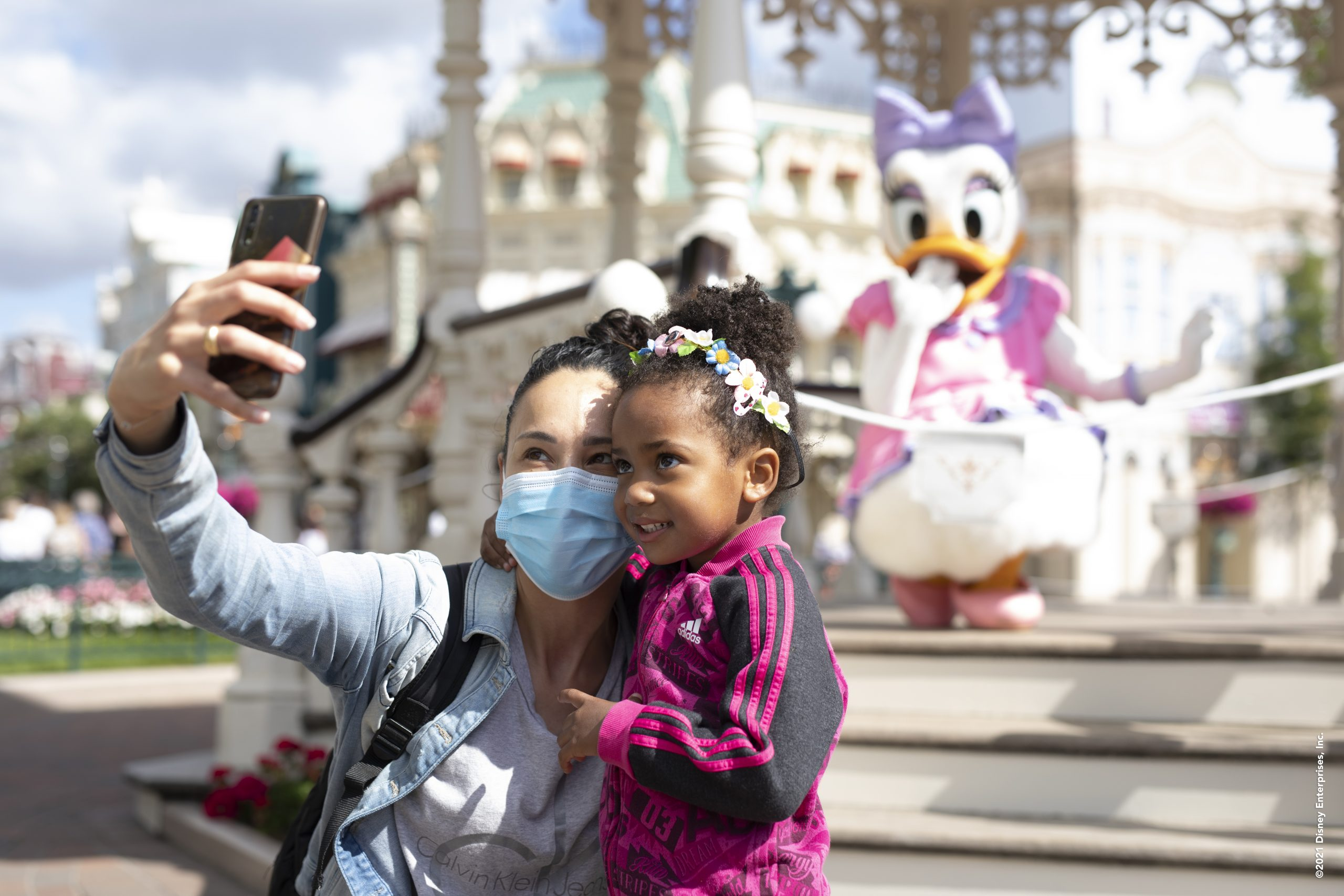 This image has an empty alt attribute; its file name is Selfie-Spot-at-Disneyland-Paris-scaled.jpg